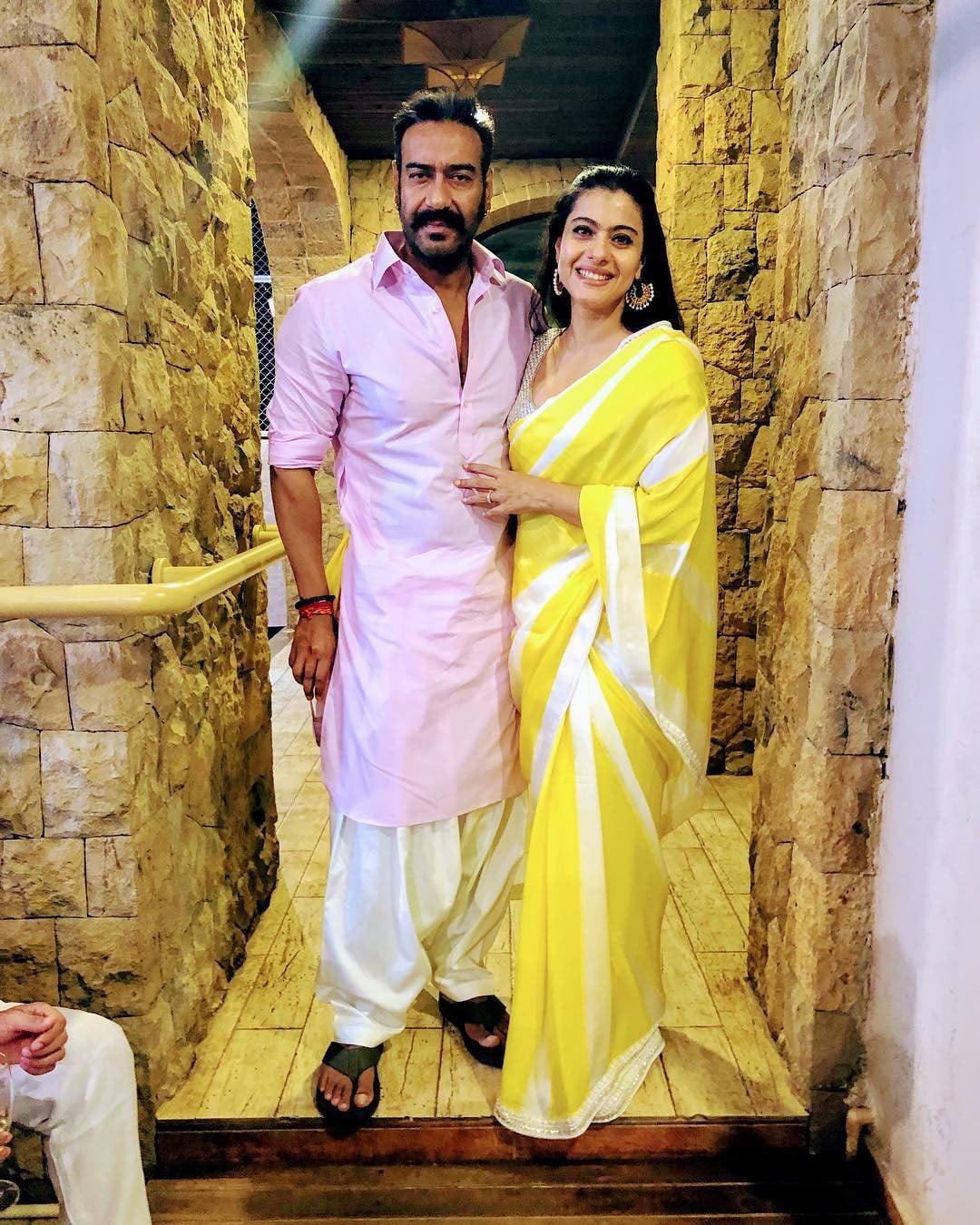 اجے دیوگن اور کاجول نے بھی دیوالی دیوالی کا جشن ایک ساتھ منایا، اس دوران کاجول نے زرد رنگ کی خوبصورت ساڑھی زیب تن کی —فوٹو/ انسٹاگرام