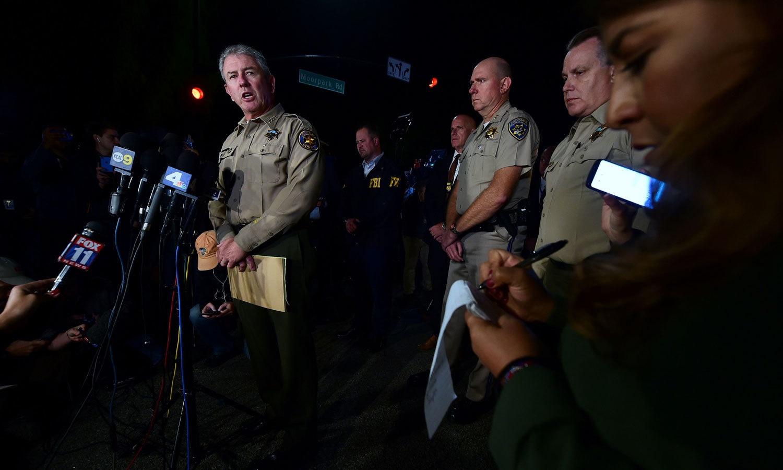 وینچورا کاؤنٹی پولیس کے سربراہ جیوف ڈین میڈیا سے بات کر رہے ہیں — فوٹو: اے ایف پی