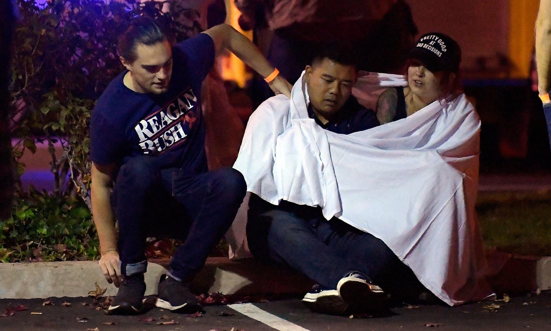 حملے میں ہلاک ہونے والوں کے اہلخانہ اپنے پیاروں کو کھونے پر افسردہ نظر آ رہے ہیں— فوٹو: اے پی