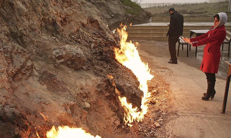 عام طور پر پہاڑی میں 2 فٹ شعلوں پر مبنی آگ جلتی رہتی ہے—فوٹو: فلکر