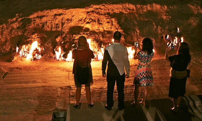 مسلسل آگ جلنے کی وجہ سے ینگر ڈگ سیاحوں میں مشہور ہے—فوٹو: آذر نیوز