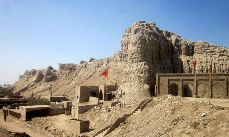 سہون کے قلعے کے موجودہ آثار۔ — بشکریہ  sarfrazh/flickr