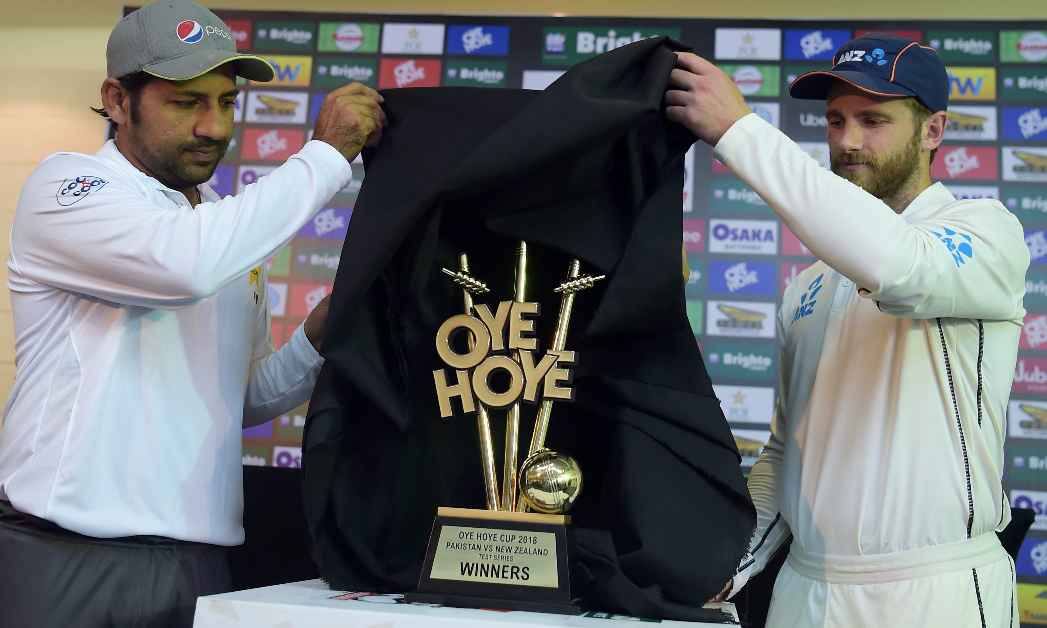 Sarfraz Ahmed and Kane Williamson unveil the trophy for the upcoming Test series between Pakistan and New Zealand. —AFP