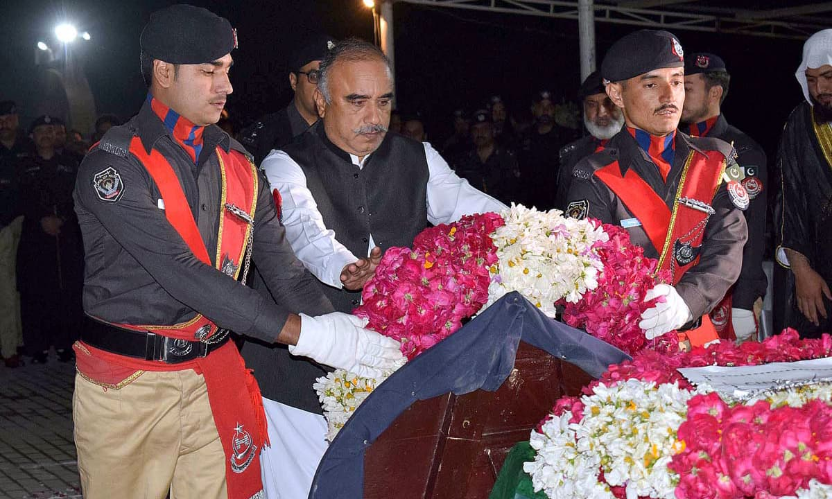 KP Governor Shah Farman lays floral wreath on the coffin of martyred SP Tahir Dawar during his funeral procession in Malak Saad Shaheed Police Lines, Peshawar. —APP