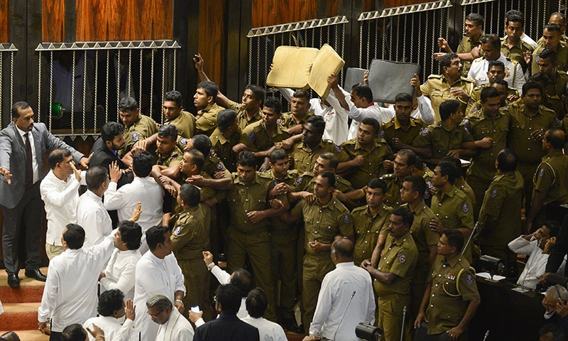 Sri Lankan police try to take their positions to escort parliament speaker Karu Jayasuriya into the assembly hall in Colombo on November 16, 2018.  — AFP