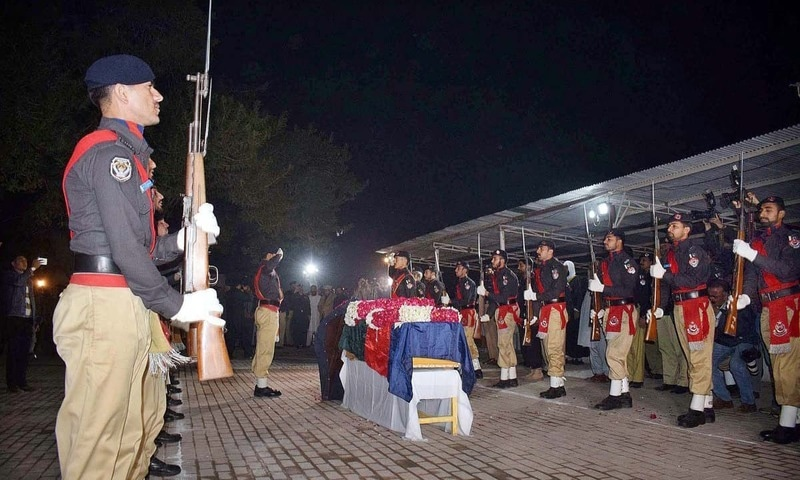 پولیس اہلکار طاہر داوڑ کے جسدِ خاکی کو گارڈ آف آنر پیش کر رہے ہیں۔ — فوٹو اے پی پی
