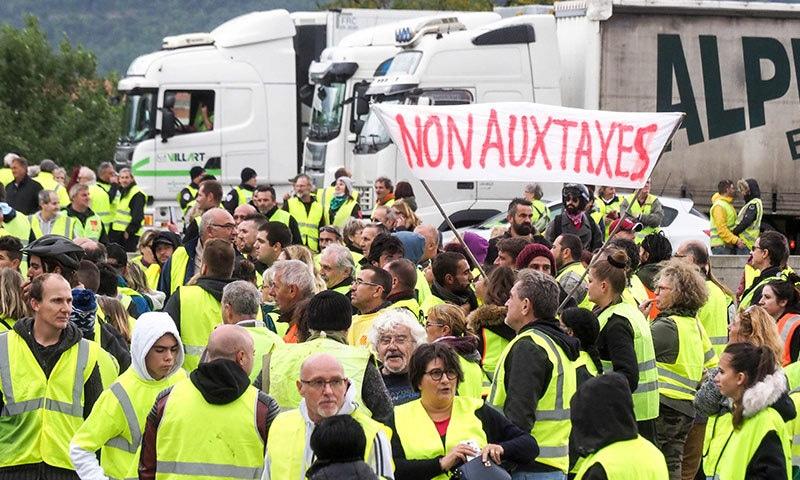 'یلو ویسٹ' نامی تحریک نے متعدد شاہراہوں کو بلاک کردیا—فوٹو:اے ایف پی