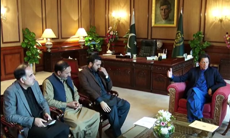 PM Imran Khan meets SP Dawar's son and brother at the PM Office. — DawnNewsTV