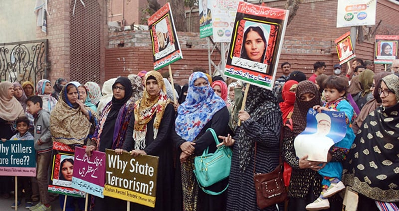 LAHORE: Women activists of Pakistan Awami Tehreek chant slogans during a protest outside the Supreme Court Registry on Monday. They demanded justice for the Model Town tragedy's victims.—Online