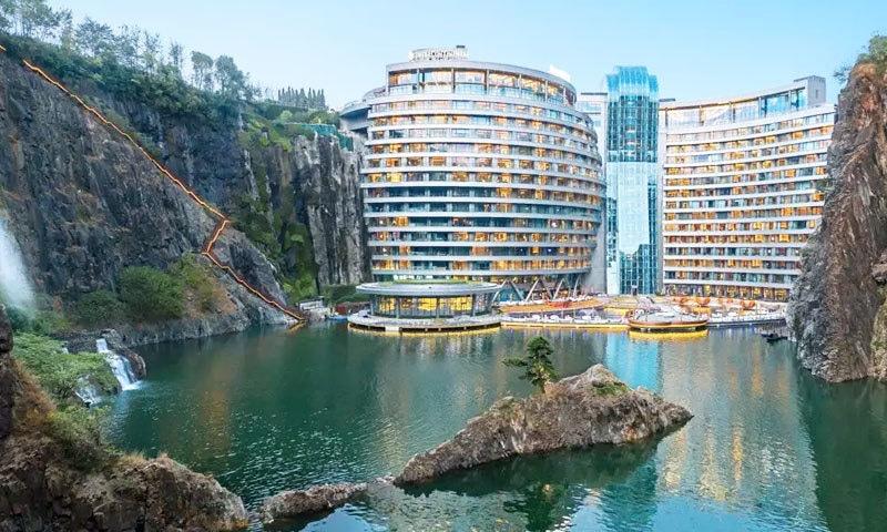 منفرد جگہ پر ہونے اور فن تعمیر کے حوالے سے ہوٹل نے سیاحوں کو دیوانہ کردیا—فوٹو: دی انڈیپینڈنٹ