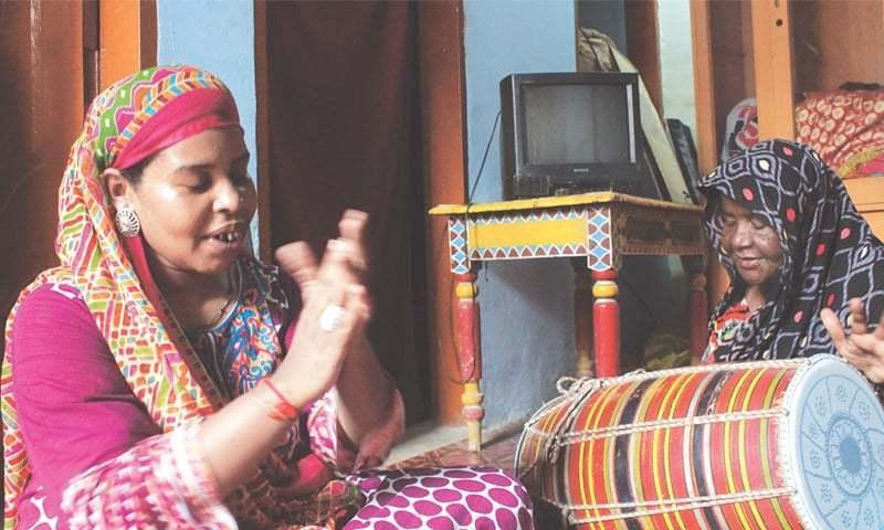 حکیمہ (دائیں) اور لبنیٰ (بائیں) کوٹری میں واقع اپنے گھر میں کراچی کی ایک شادی کے لیے تیاری کر رہی ہیں۔ — فوٹو جہانزیب رضا