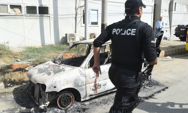 حملہ آوروں کے قبضے سے خودکش جیکٹس اور اسلحہ برآمد کیا گیا —فوٹو/ اے پی