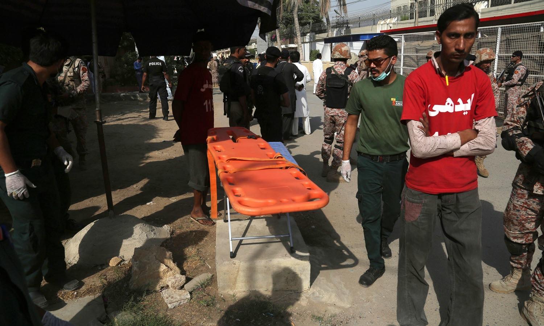 واقعے کے فوری بعد امدادی ٹیمیں علاقے میں پہنچیں —فوٹو/اے ایف پی