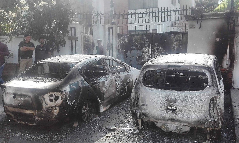 دہشت گردوں کے حملے میں کئی گاڑیاں بھی تباہ ہوئیں —فوٹو/ اے پی