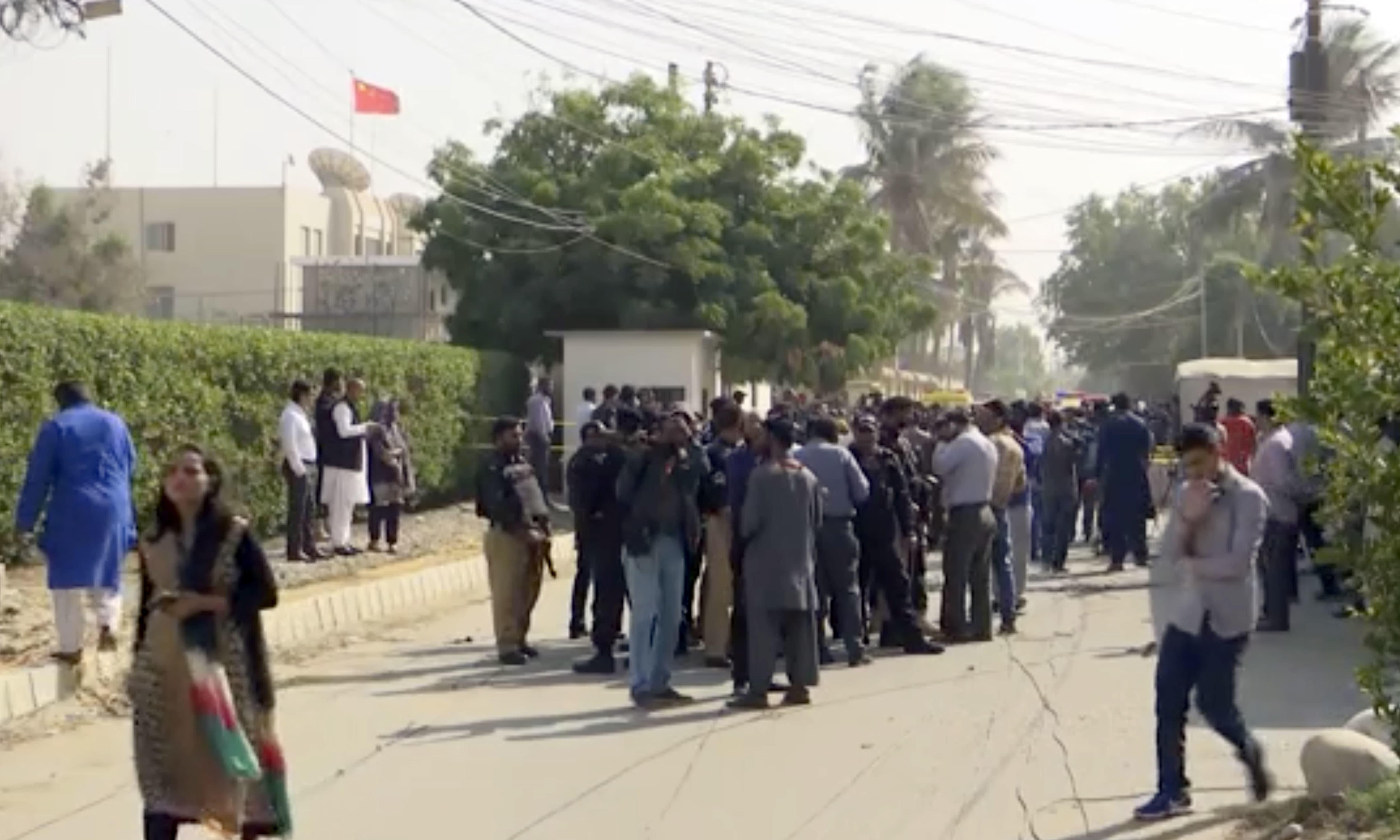 چینی قونصل خانے کے باہر پولیس اور رینجرز کی بھاری نفری موجود ہے —فوٹو/ اے پی