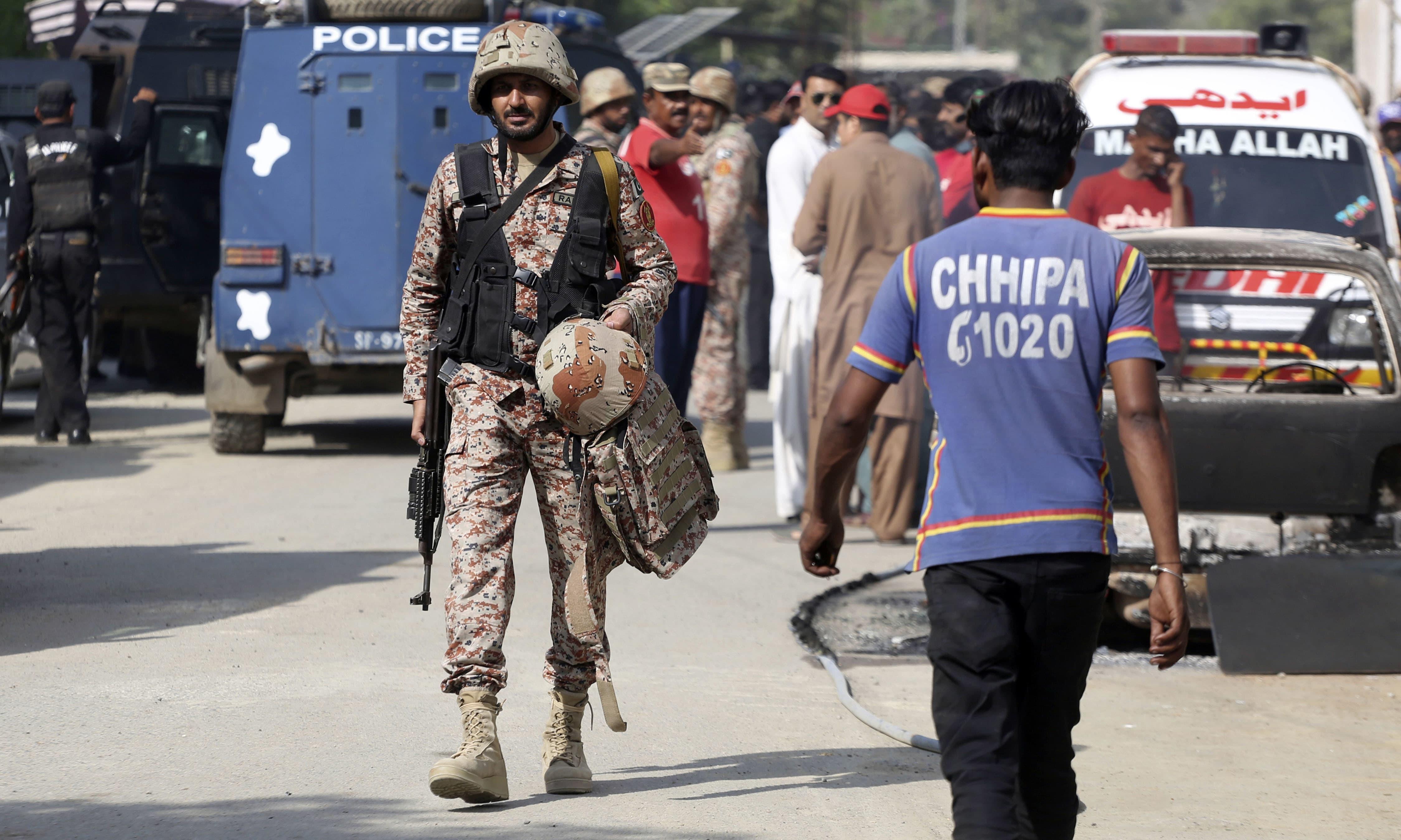 واقعے میں 2 پولیس اہلکار شہید اور نجی کمپنی کا ایک سیکیورٹی گارڈ زخمی ہوا —فوٹو/ اے پی