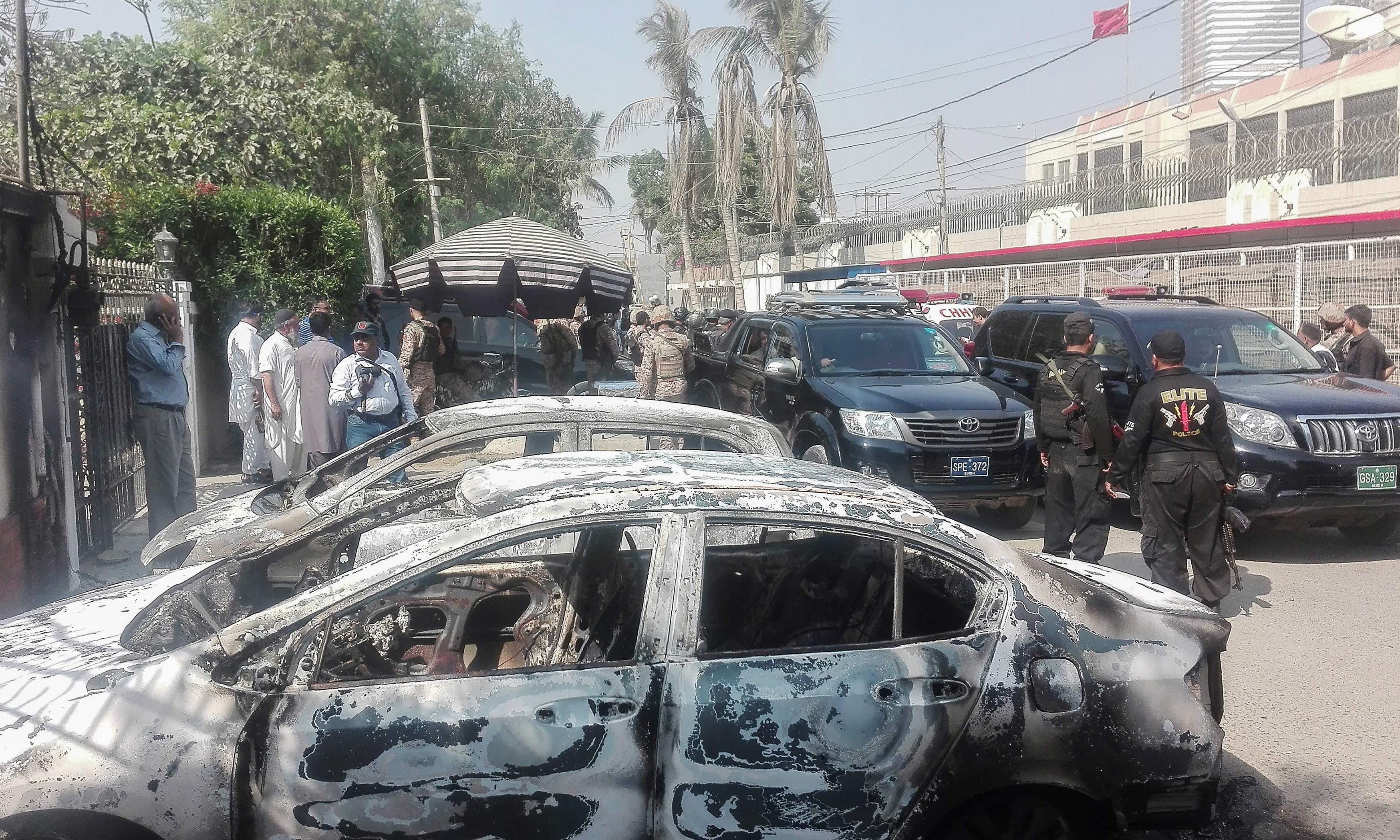 دہشت گردی کے حملے میں قونصل خانے کے باہر موجود گاڑیاں تباہ ہوگئیں —فوٹو/ اے ایف پی