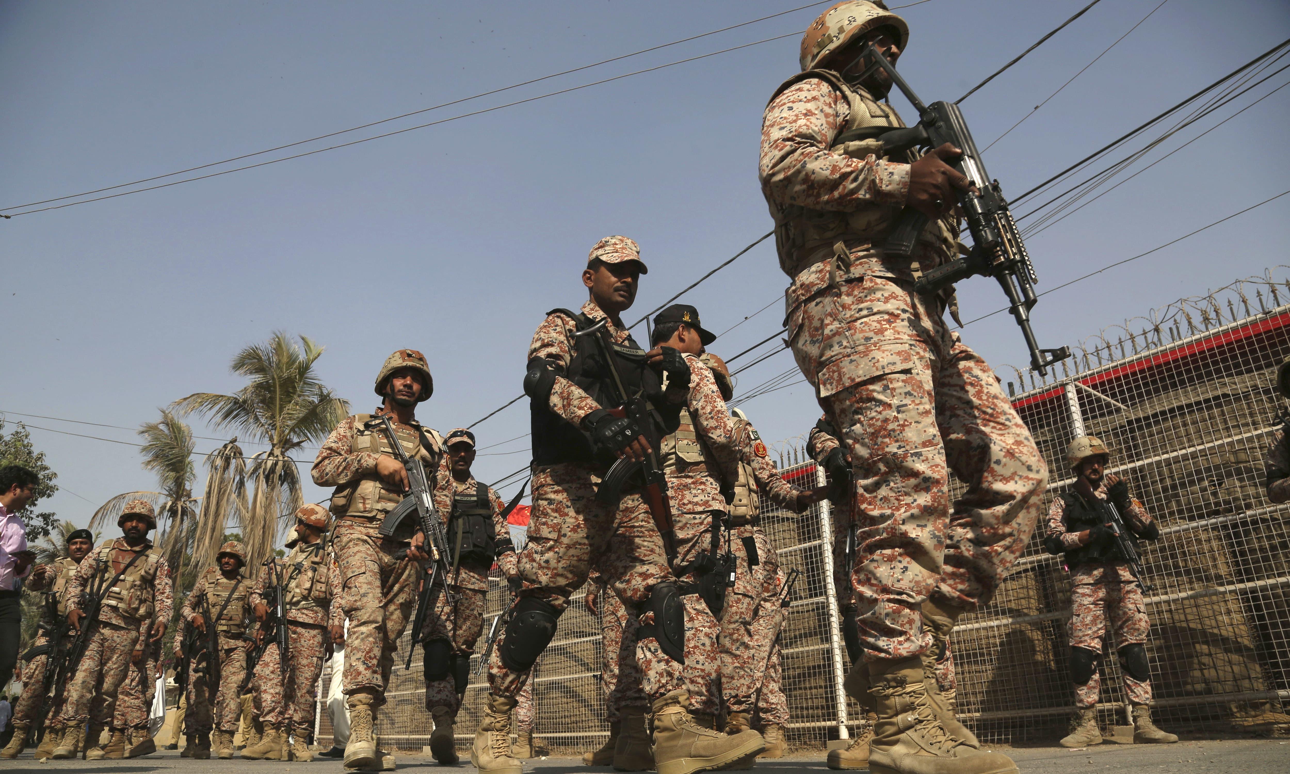 پولیس اور رینجرز کی بروقت  کارروائی نے دہشت گردوں کے عزائم خاک میں ملا دیئے —فوٹو/ اے پی