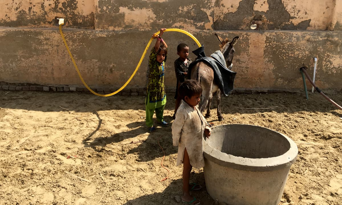 Children fetching water from a well in Umerkot | Moosa Kaleem