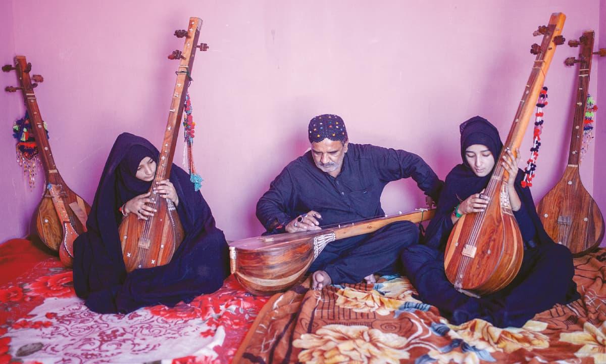 Faqeer Manthaar Ali Junejo singing the Raag with his daughters