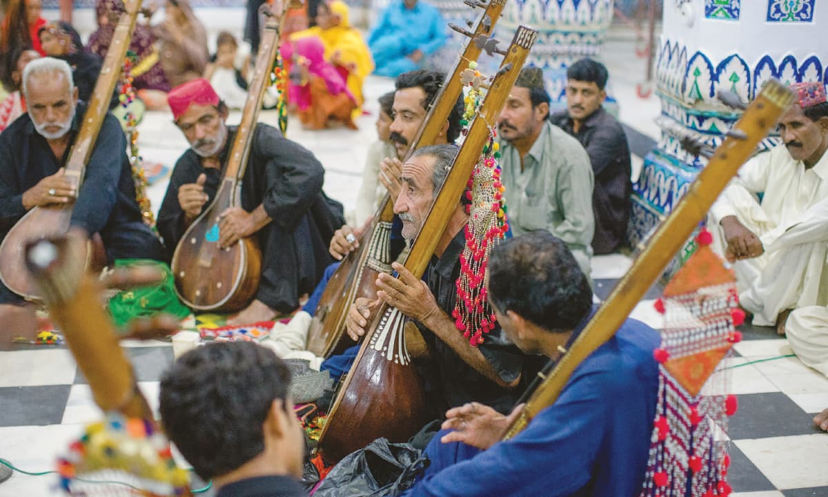 Kambar Faqeer performing with his group