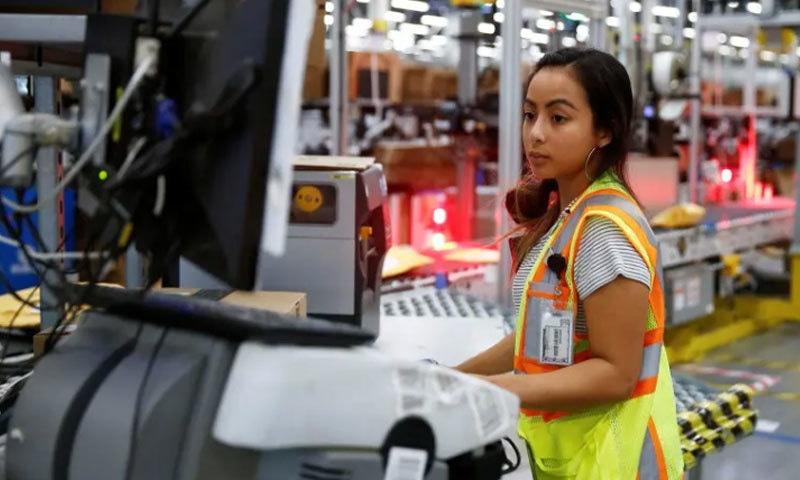 ملازمین نے 24 گھنٹوں تک کام کروائے جانے کے خلاف مظاہرہ کیا—فوٹو: زیرو ہج