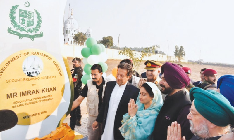 KARTARPUR: Prime Minister Imran Khan, Chief of the Army Staff Gen Qamar Javed Bajwa, Indian ministers Harsimrat Kaur Badal, Hardeep Singh Puri and Navjot Singh Sidhu pictured at the groundbreaking of the Kartarpur corridor on Wednesday.—M. Arif / White Star