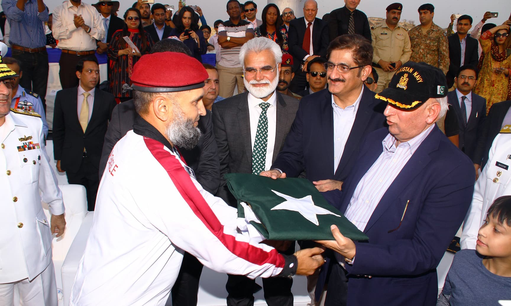 Commander SSG-N presents Pakistan Flag to Sindh CM Murad Ali Shah and Punjab Governor Chaudhry Sarwar. —ISPR
