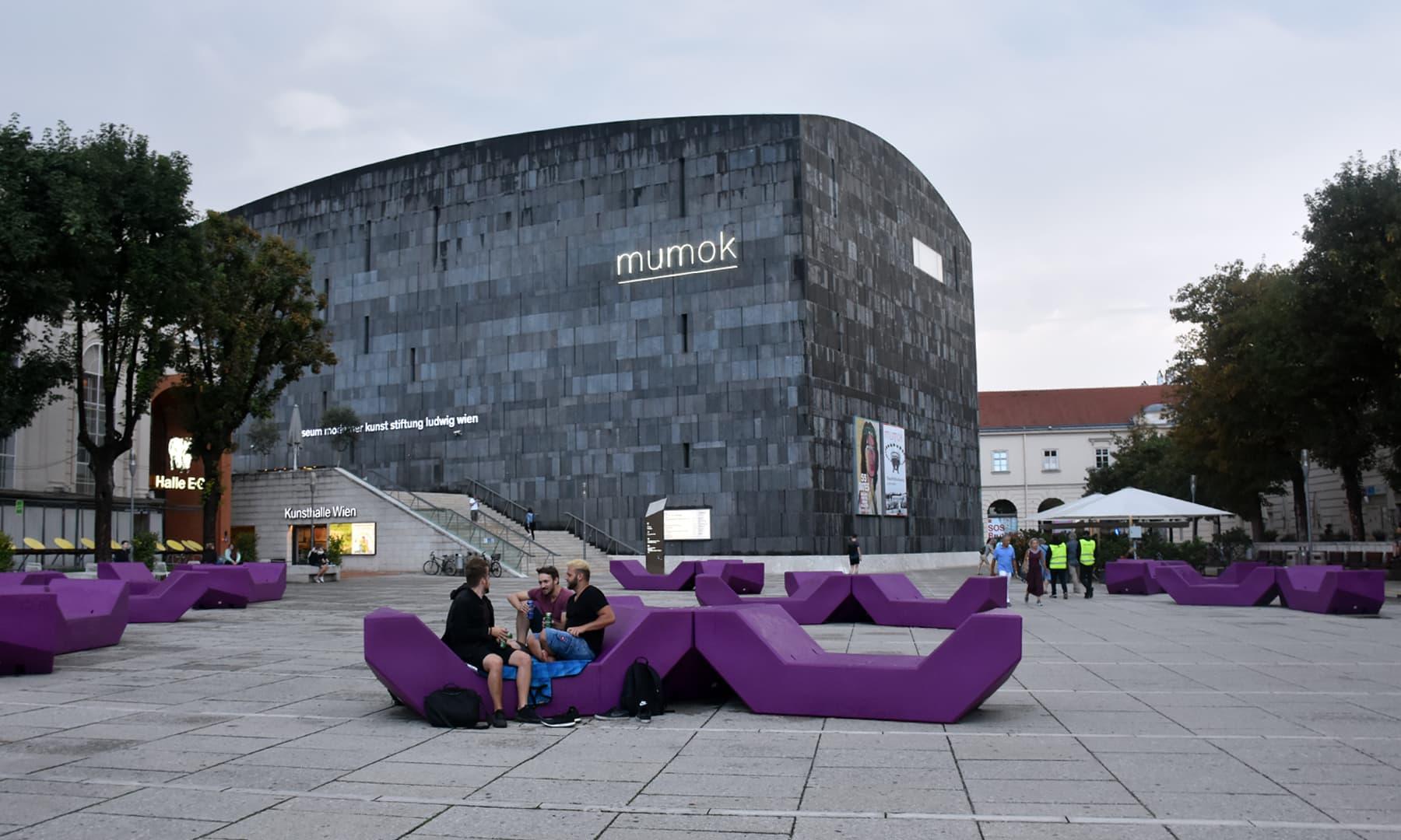 میوزیم اسکوائر کے پیچھے جدید عمارات—تصویر رمضان رفیق