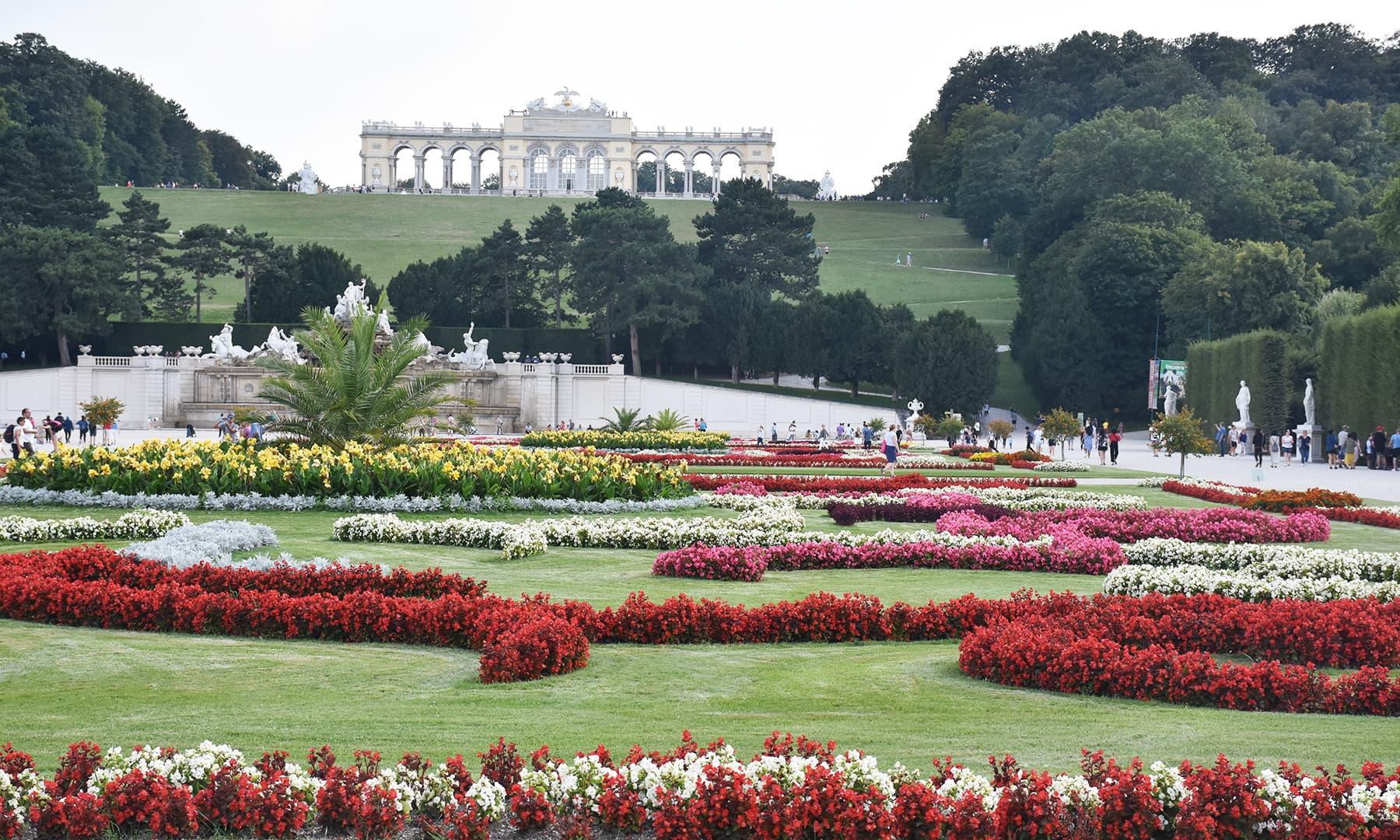 محل ایک وسیع و عریض رقبے پر پھیلا ہوا ہے، جس کا بڑا حصہ باغ اور پارک کی صورت میں ہے
