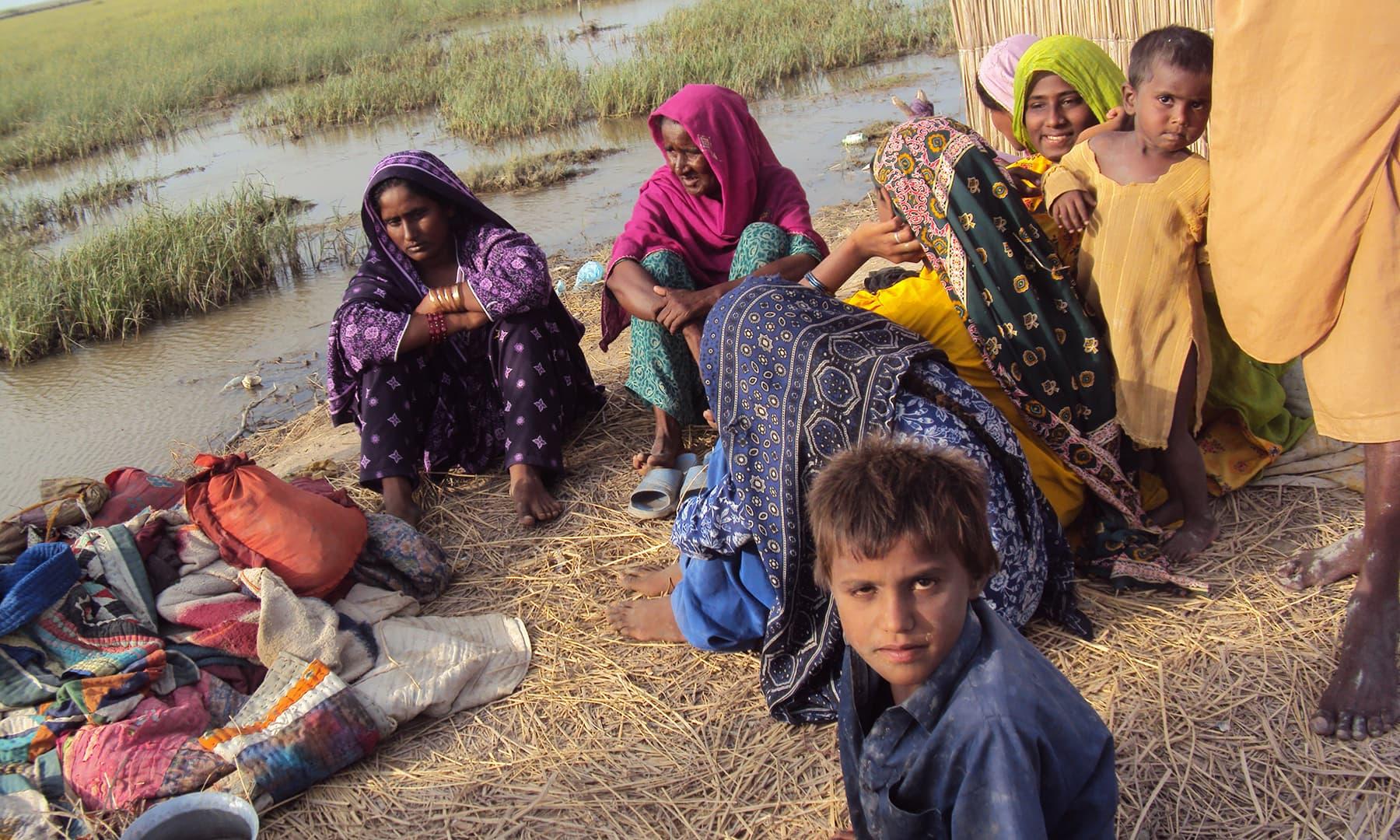 مجھے لگتا ہے کہ جھیل کے کنارے بسے ہوئے مچھیرے، مرچکی نریڑی کا سوگ منانے کے لیے بیٹھے تھے—تصویر ابوبکر شیخ