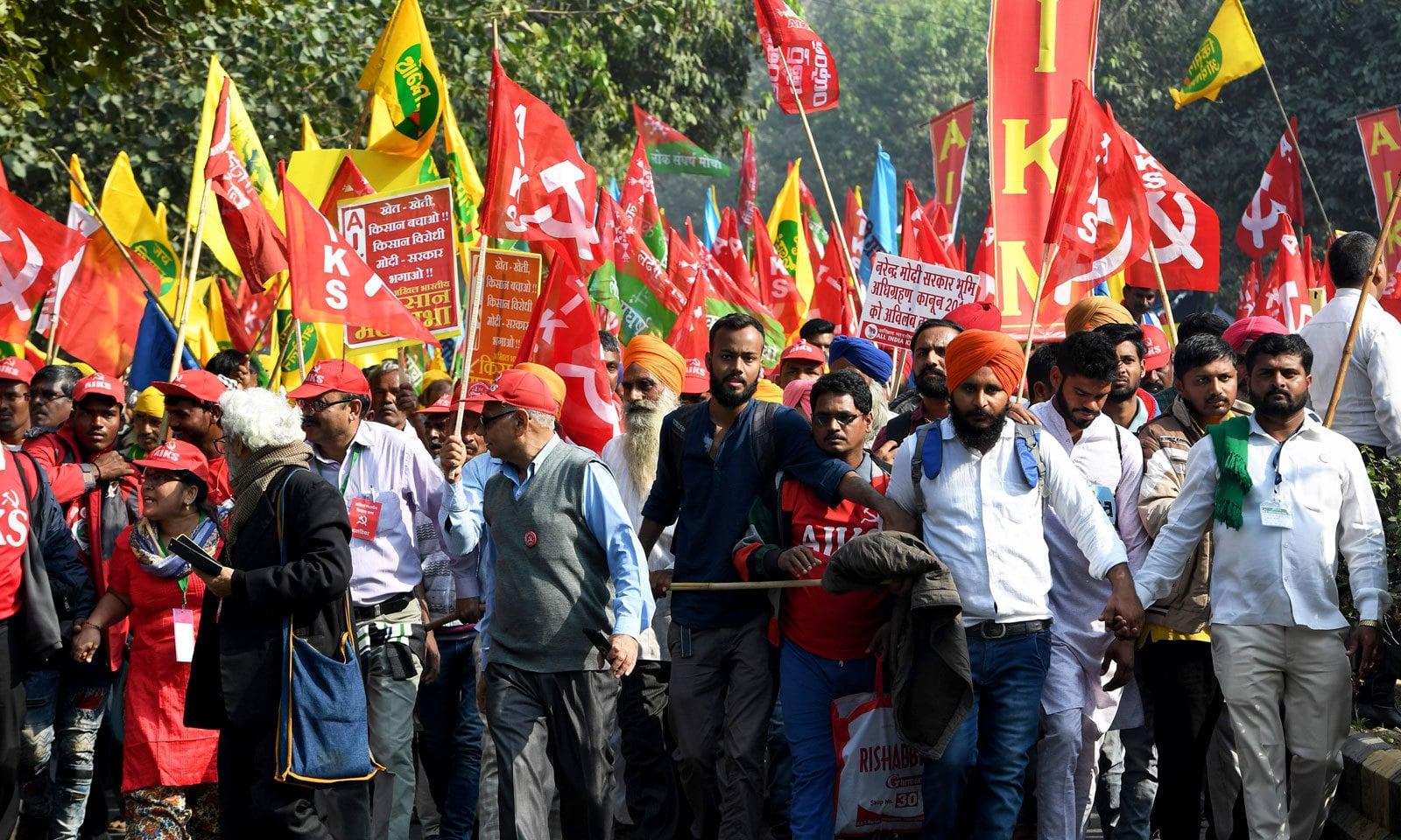 نئی دہلی میں ہزاروں کسانوں نے پارلیمنٹ تک احتجاجی مارچ کیا — فوٹو: اے ایف پی