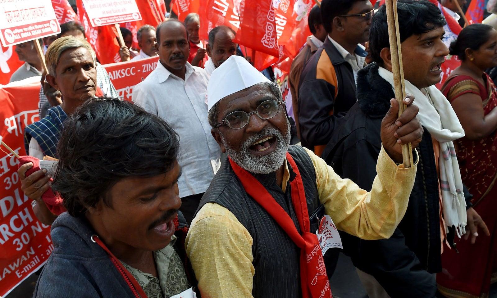 کسانوں نے احتجاج کرتے ہوئے 'رام مندر نہیں، قرض معافی چاہیے' کے فلک شگاف نعرے لگائے — فوٹو: اے ایف پی
