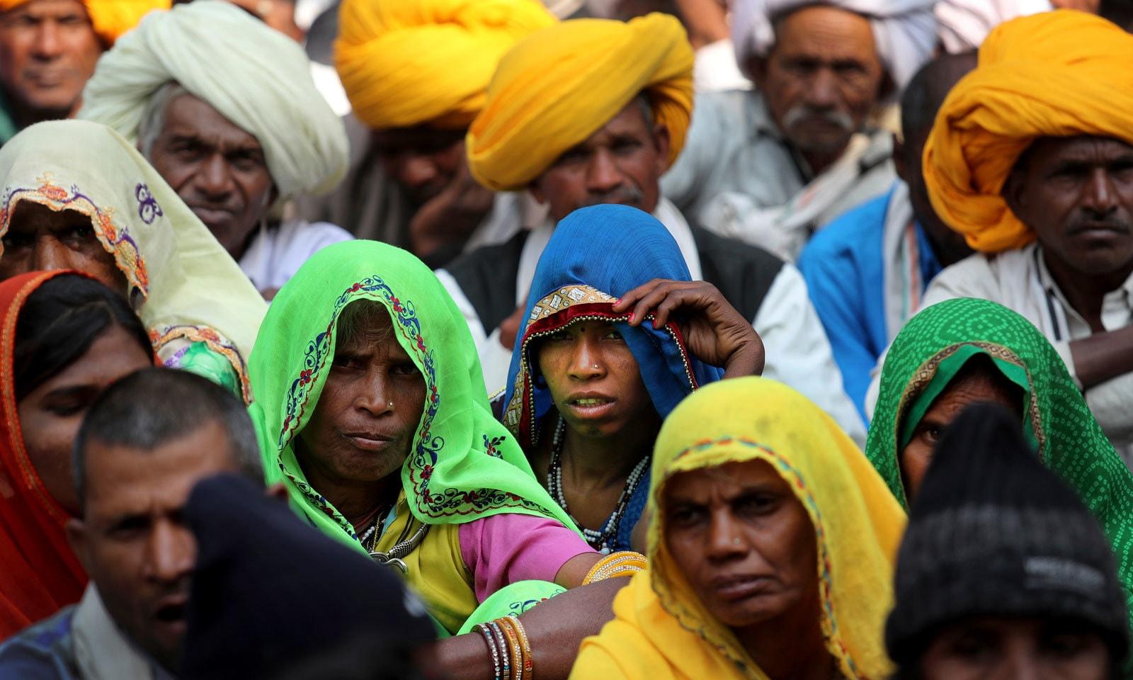 بھارت میں کسان دہائیوں سے مسائل سے دوچار ہیں — فوٹو: اے پی