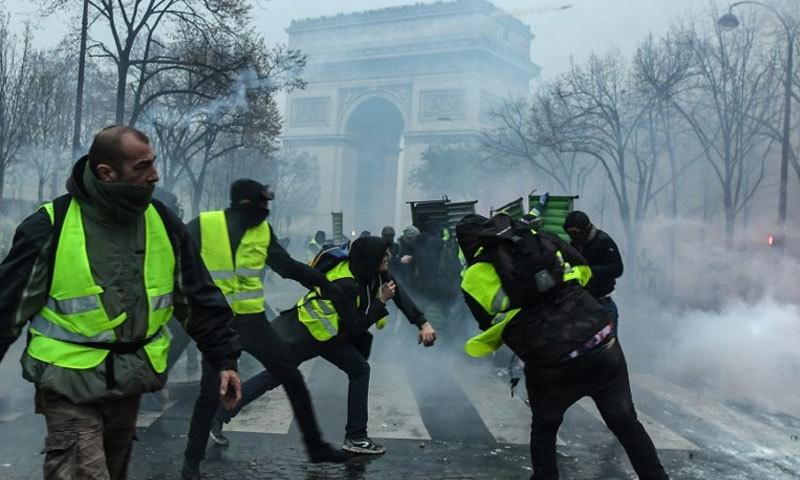 پولیس اور مظاہرین کے درمیان پرتشدد مظاہرے — فوٹو: اےایف پی