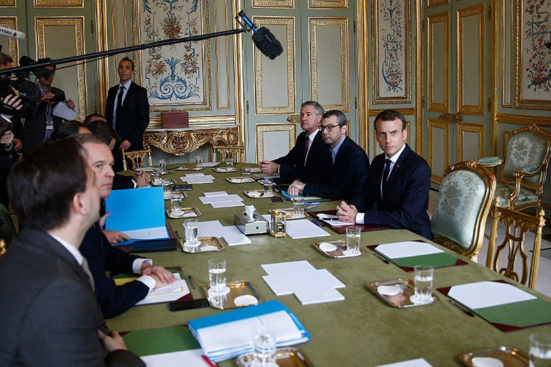 فرانسیسی صدر اہم اجلاس کی صدارت کررہے ہیں، فوٹو : اے ایف پی