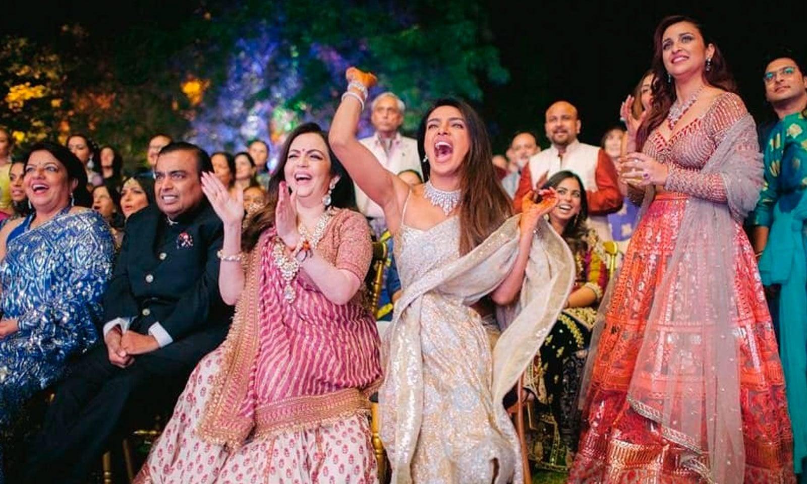 پریانکا چوپڑا کی شادی میں بھارت کے بڑے صنعت کار مکیش امبانی سمیت مشہور شخصیات نے شرکت کی—فوٹو: اے پی