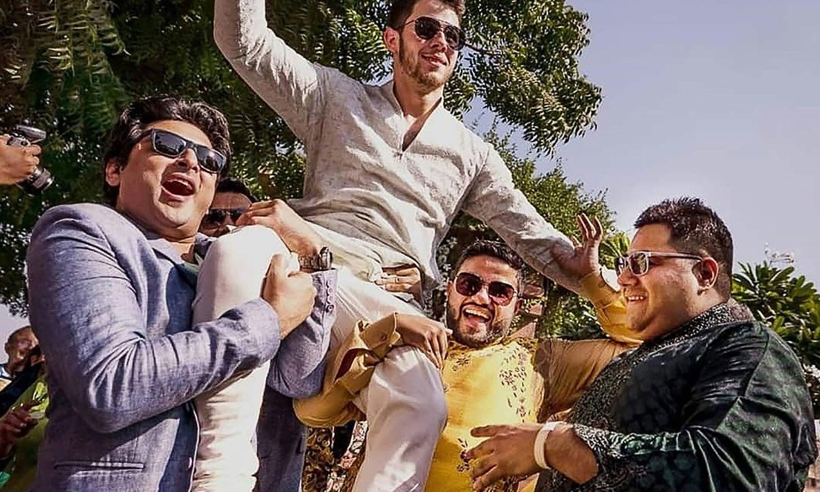 نک جونس نے ہندوستانی انداز میں اپنے شادی میں ڈانس کیا—فوٹو: اے ایف پی