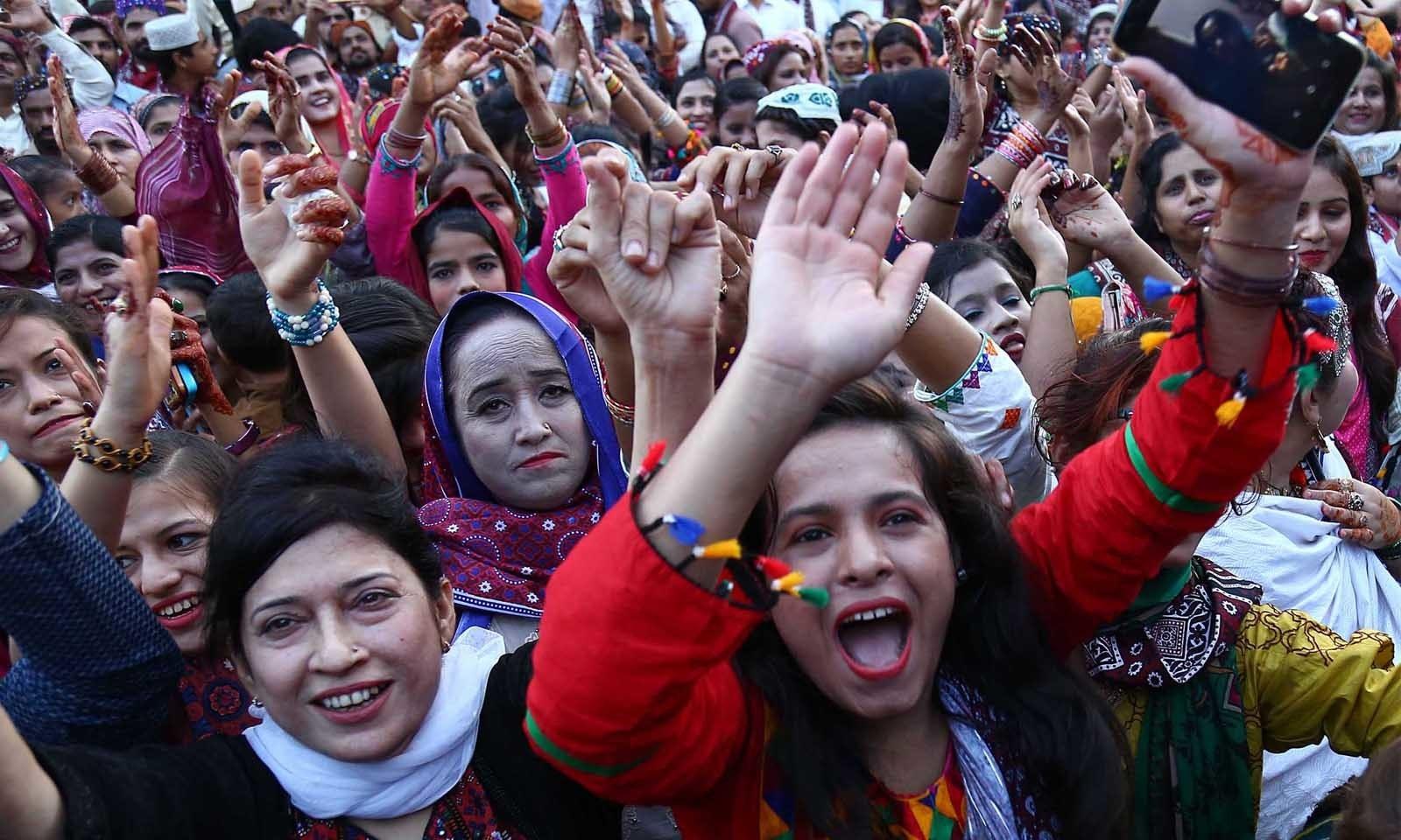 سندھ کی تہذیب و ثقافت کو زندہ رکھنے کیلئے گزشتہ کئی برسوں سے حکومتِ سندھ نے  دسمبرمیں ہرسال سندھی ٹوپی اور اجرک ڈے منانے کا سلسلہ شروع کر رکھا ہے—فوٹو: وقاص علی