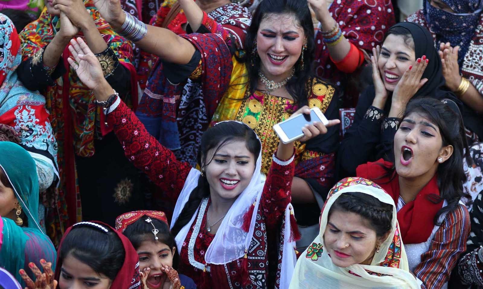 اس دن کو صرف سندھ کے گاؤں، دیہات اور چند شہری علاقوں میں ہی نہیں بلکہ کراچی میں بھی بہت جوش و خروش سے منایا جاتا ہے—فوٹو: وقاص علی