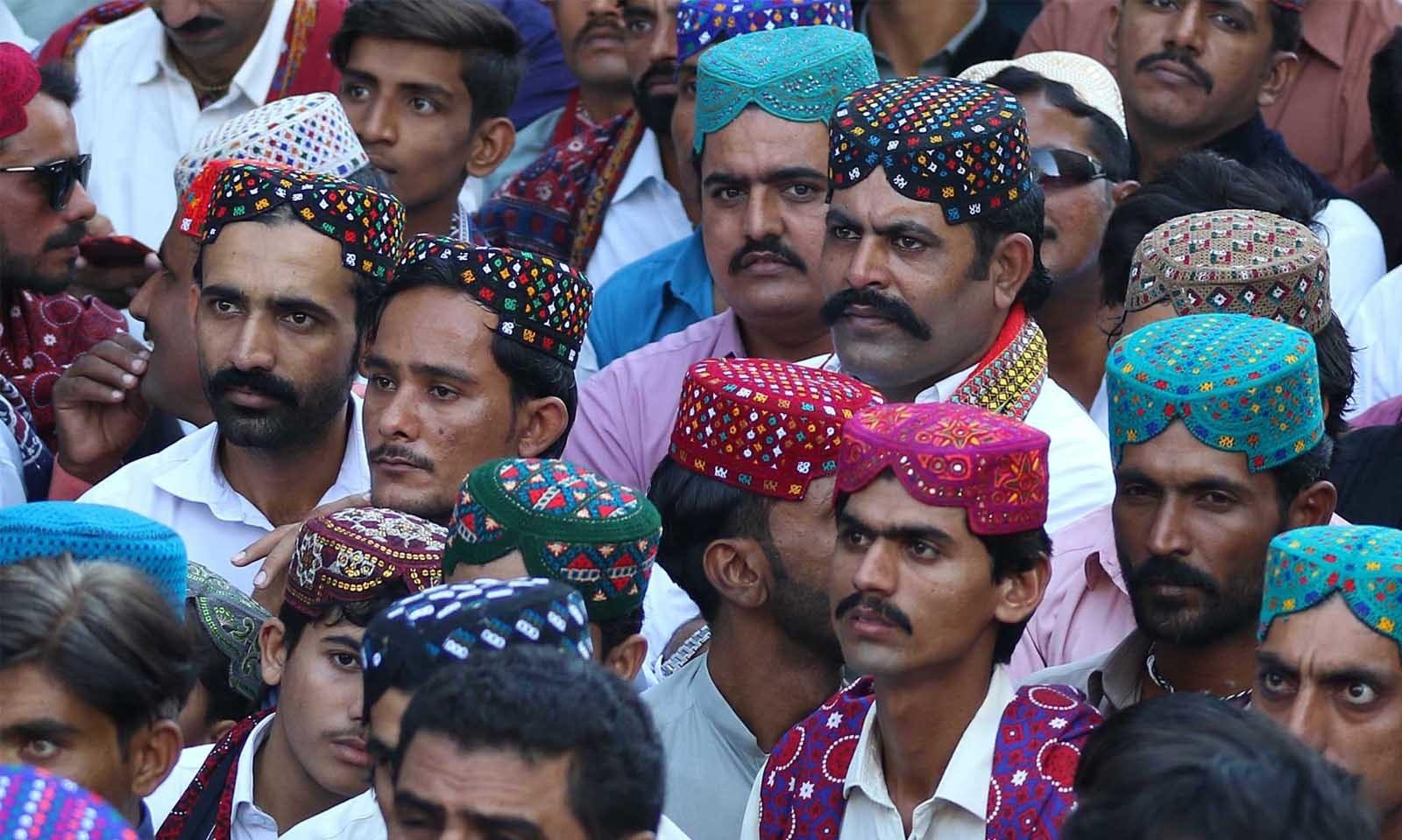 سندھی ثقافت کی ایک خوبصورت پہچان سندھی ٹوپی اوراجرک بھی ہے —فوٹو: وقاص علی