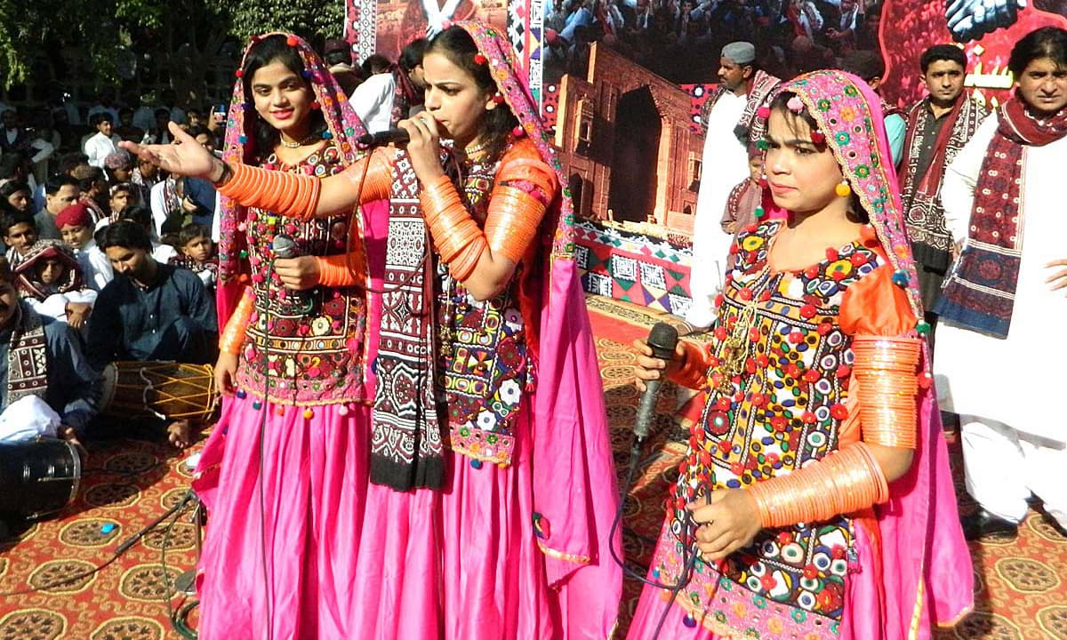 Folk singer performs on stage during a function in connection with Sindh culture day at Sindh Museum. —APP