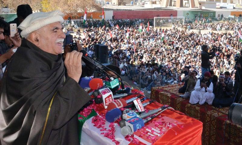 QUETTA: Pakhtunkhwa Milli Awami Party chairman Mehmood Khan Achakzai speaks at a public meeting organised to mark the 45th death anniversary of Khan Abdul Samad Khan Achakzai on Sunday.—PPI