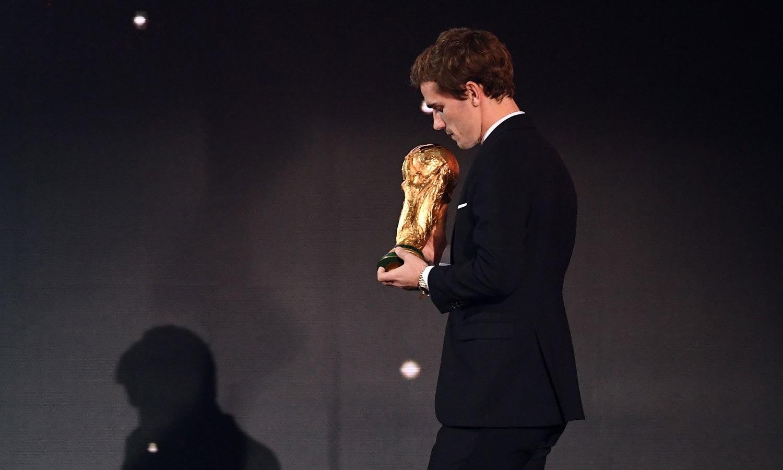 عالمی چیمپیئن فرانس کے اینٹوئن گریزمین ورلڈ کپ ٹرافی تقریب میں لا رہے ہیں— فوٹو: اے ایف پی