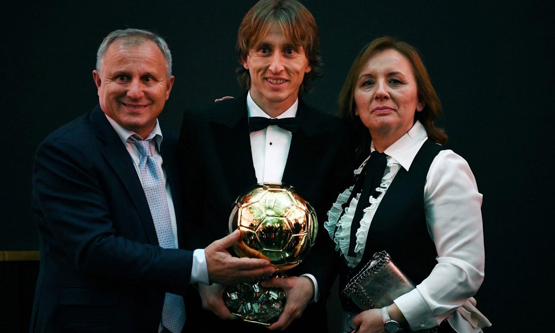 سال کے بہترین کھلاڑی کا ایوارڈ جیتنے والے لوکا موڈرچ اپنے والدین کے ساتھ ٹرافی کے ہمراہ موجود ہیں— فوٹو: اے ایف پی