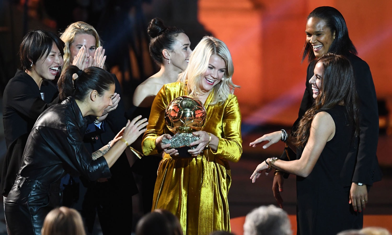 ناروے کی ایدا ہرد برگ کو ان کی ساتھی فٹبالرز ایوارڈ جیتنے پر مبارکباد دے رہی ہیں— فوٹو: اے ایف پی