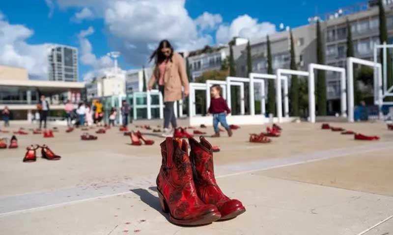 تل ابیب میں گھریلو تشدد کے خلاف ملک گیر ہڑتال پر خواتین نے لال رنگ کے جوتے رکھ کر احتجاج کیا—بشکریہ دی گارجین