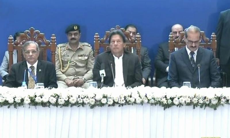 وزیراعظم عمران خان، چیف جسٹس آبادی میں اضافے سے متعلق سمپوزیم میں شریک ہیں — فوٹو: ڈان نیوز