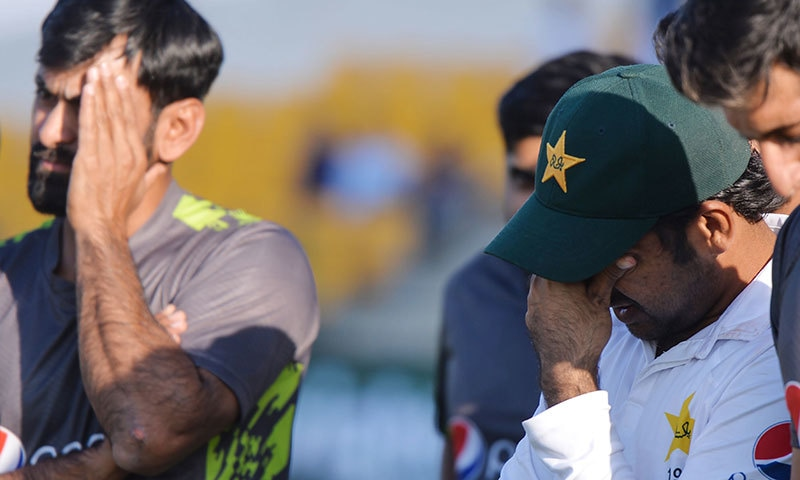 نیوزی لینڈ کے خلاف ٹیسٹ سیریز میں شکست پر پاکستانی ٹیم کے کپتان سرفراز احمد مایوس نظر آ رہے ہیں— فوٹو: اے ایف پی