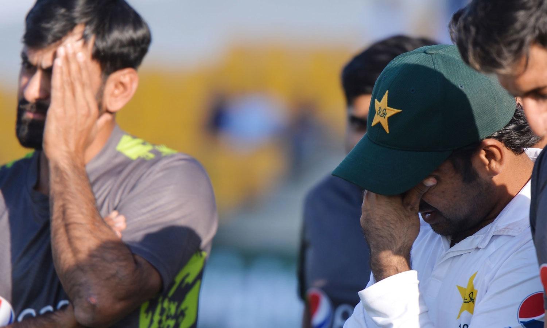 میچ اور سیریز میں شکست کے بعد پاکستانی ٹیم کے کپتان اور کھلاڑی مایوس نظر آ رہے ہیں— فوٹو: اے ایف پی